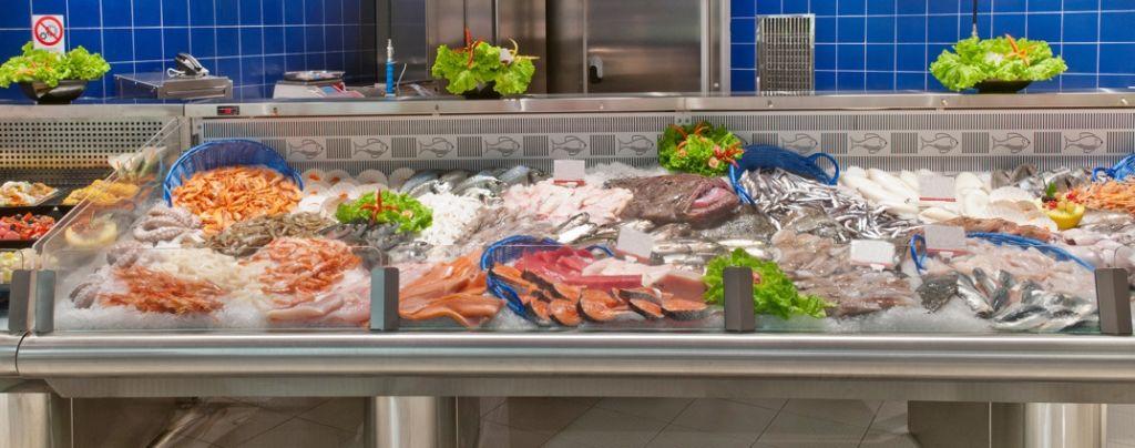 Apre con il padre un'attività commerciale nel mercato dei prodotti ittici